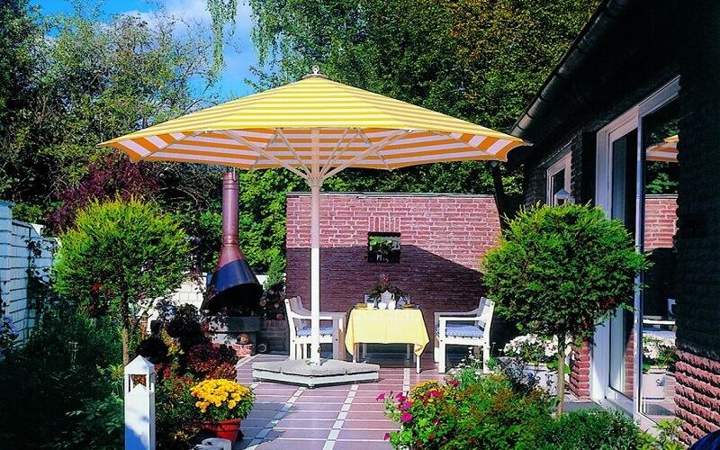Lugano_parasol_in_tuin